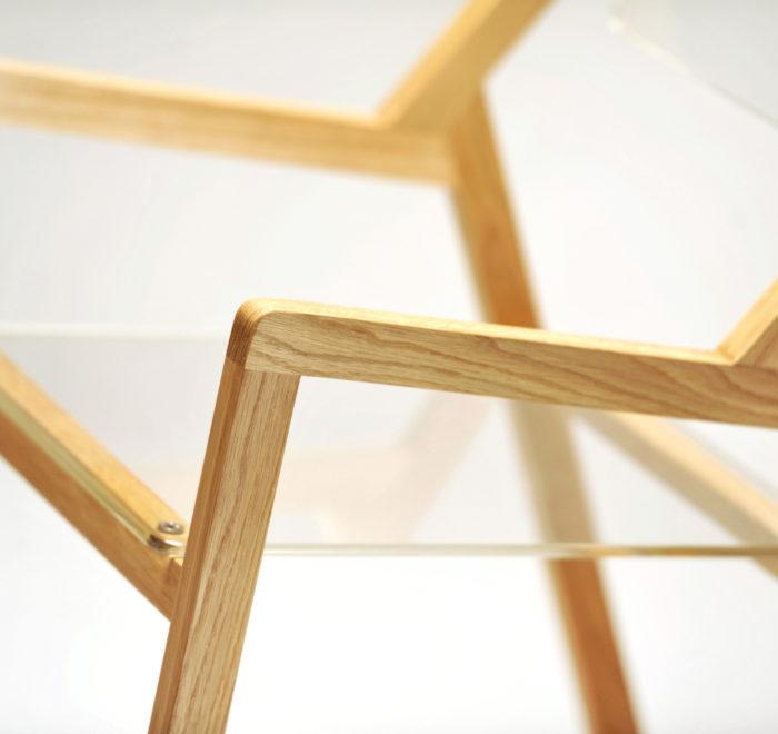 Sedia moderna in legno chiaro e parti trasparenti. Design de Laquercia21
