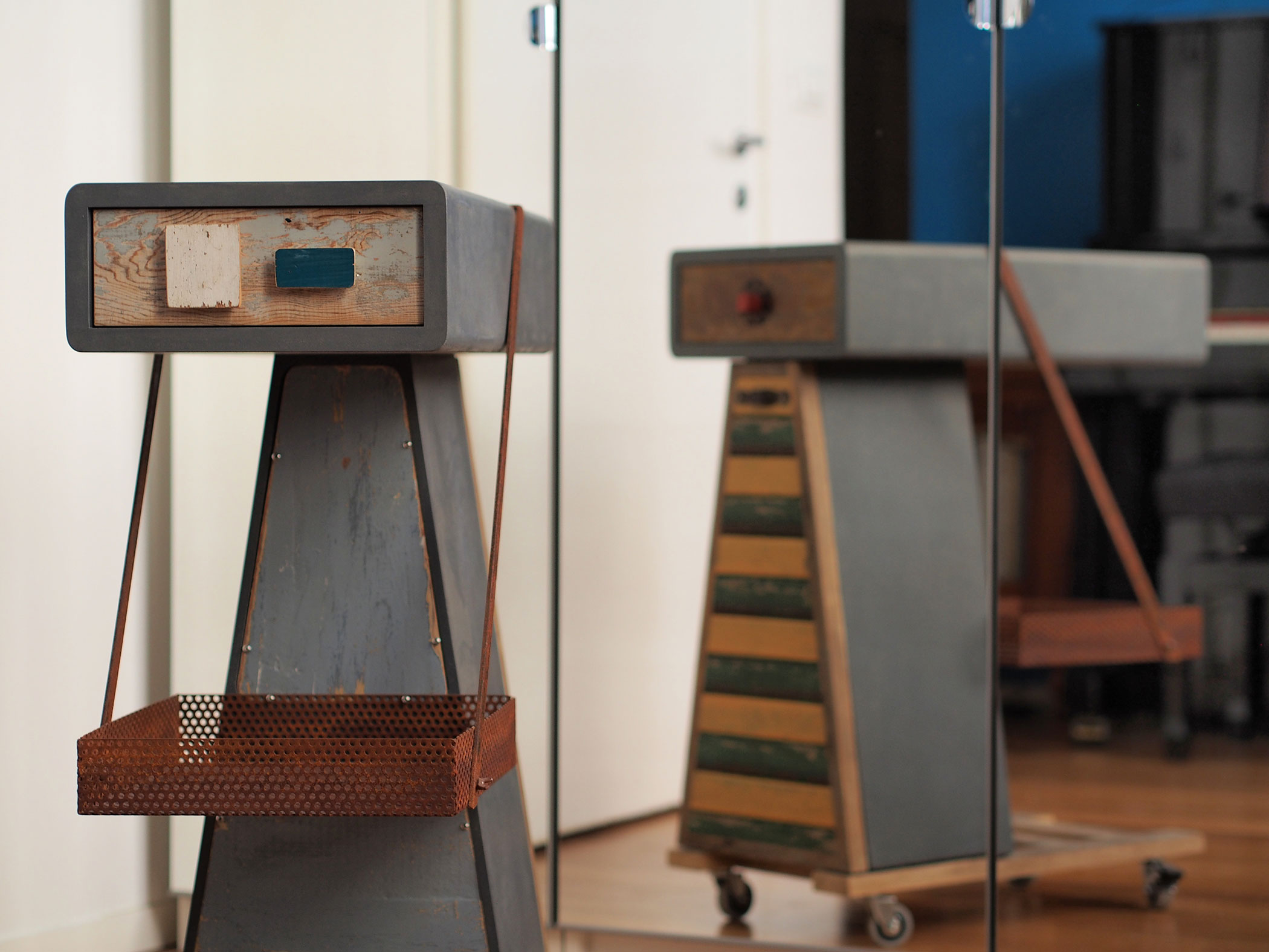 mobiletto con ruote in legno vintage e ferro antico