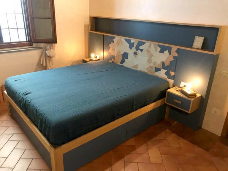 letto con spalliera in rovere e puzzle di legno di recupero blu e massello controprogetto