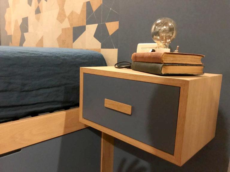 letto con spalliera e comodini in legno blu e rovere