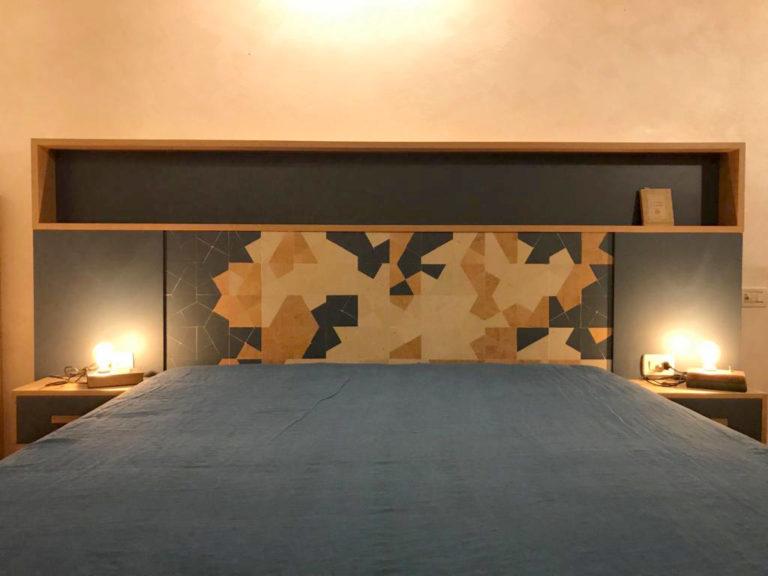 spalliera letto con libreria in legno di recupero e massello di rovere