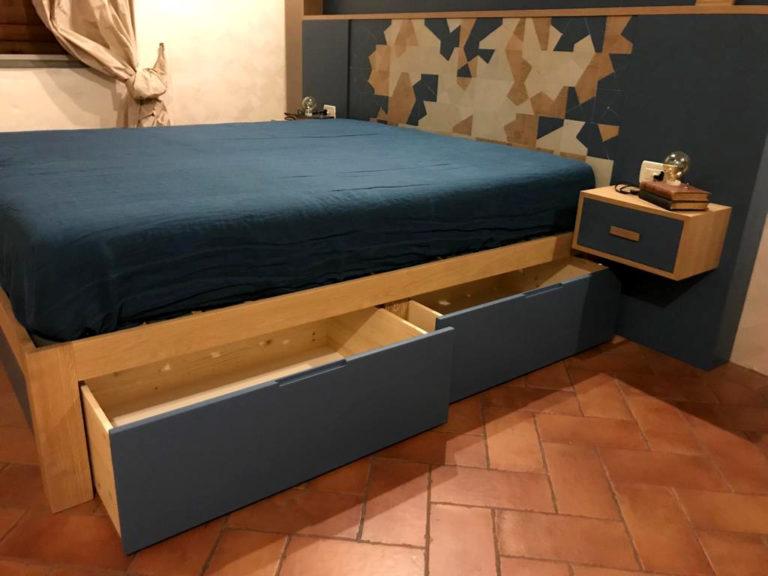 letto in legno azzurro e beige con cassettoni estraibili
