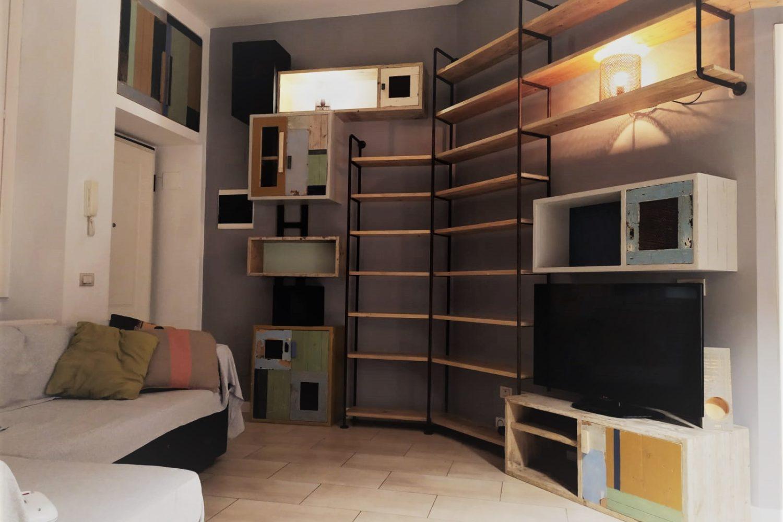 parete attrezzata stile industriale ferro e legno da cantiere ad angolo