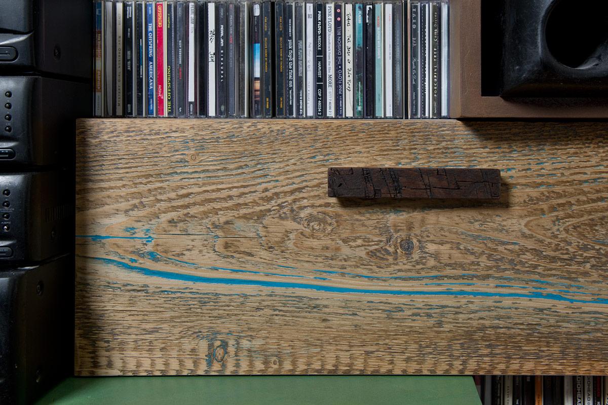 parete attrezzata con ante in legno colorato vintage