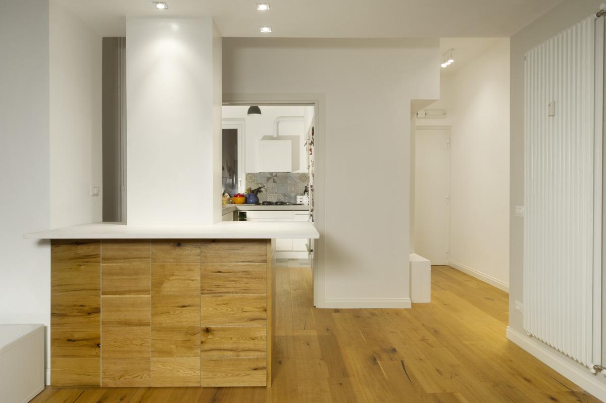penisola cucina in legno attorno a colonna
