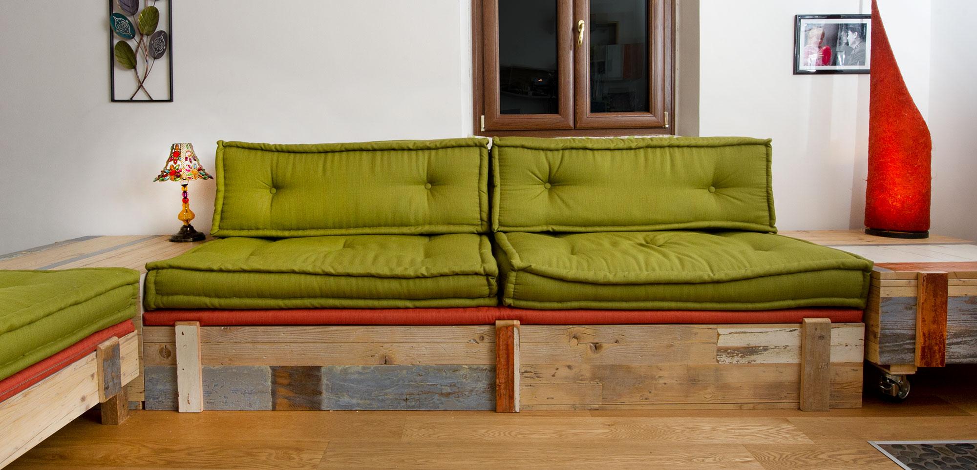 soggiorno legno di recupero e divano verde tapezzeria fatta a mano Abiuno