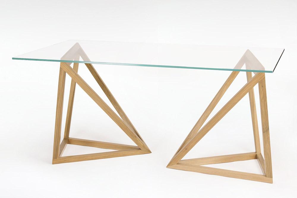 tavolo con piano in cristallo e gambe in legno massello