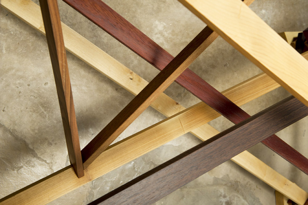 tavolo con struttura in varie essenze di legno massello e piano in cristallo
