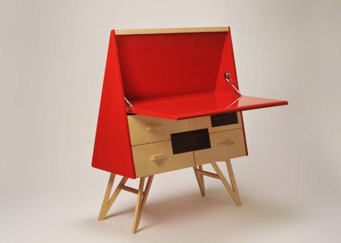 Scrittorio in legno massello e laccatura rossa ferrari