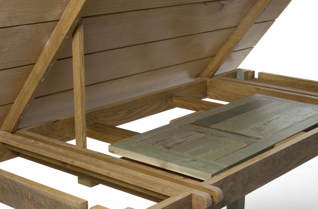 Per accedere alle prolunghe abbiamo costruito delle cerniere in legno che rendono il piano basculante e apribile