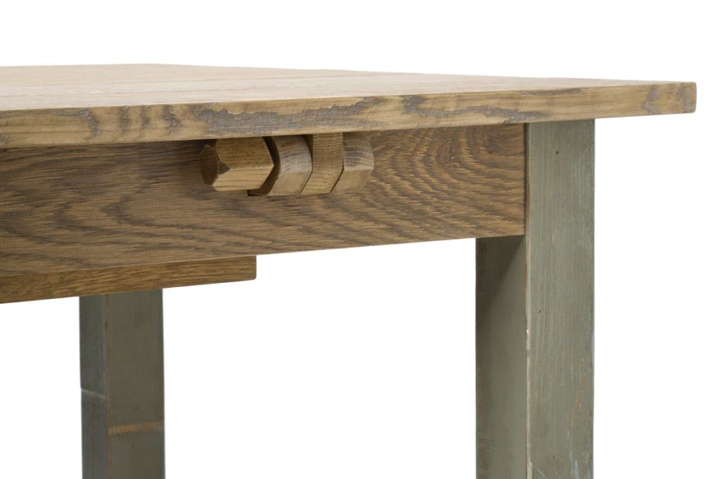 Tavolo con cerniere in legno per apertura a libro