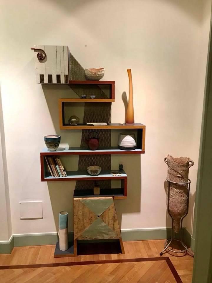 Libreria modulare artigianale con lamiera di ferro colorata e legno vintage di recupero