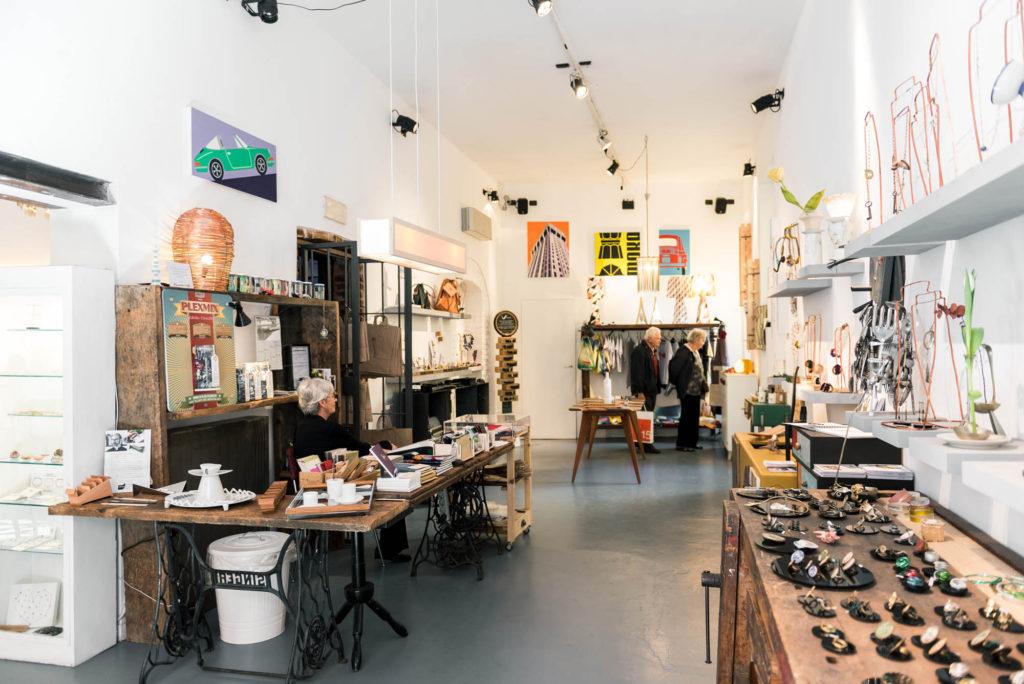 Un negozio dedicato al design e ai mobili in legno di recupero a Milano