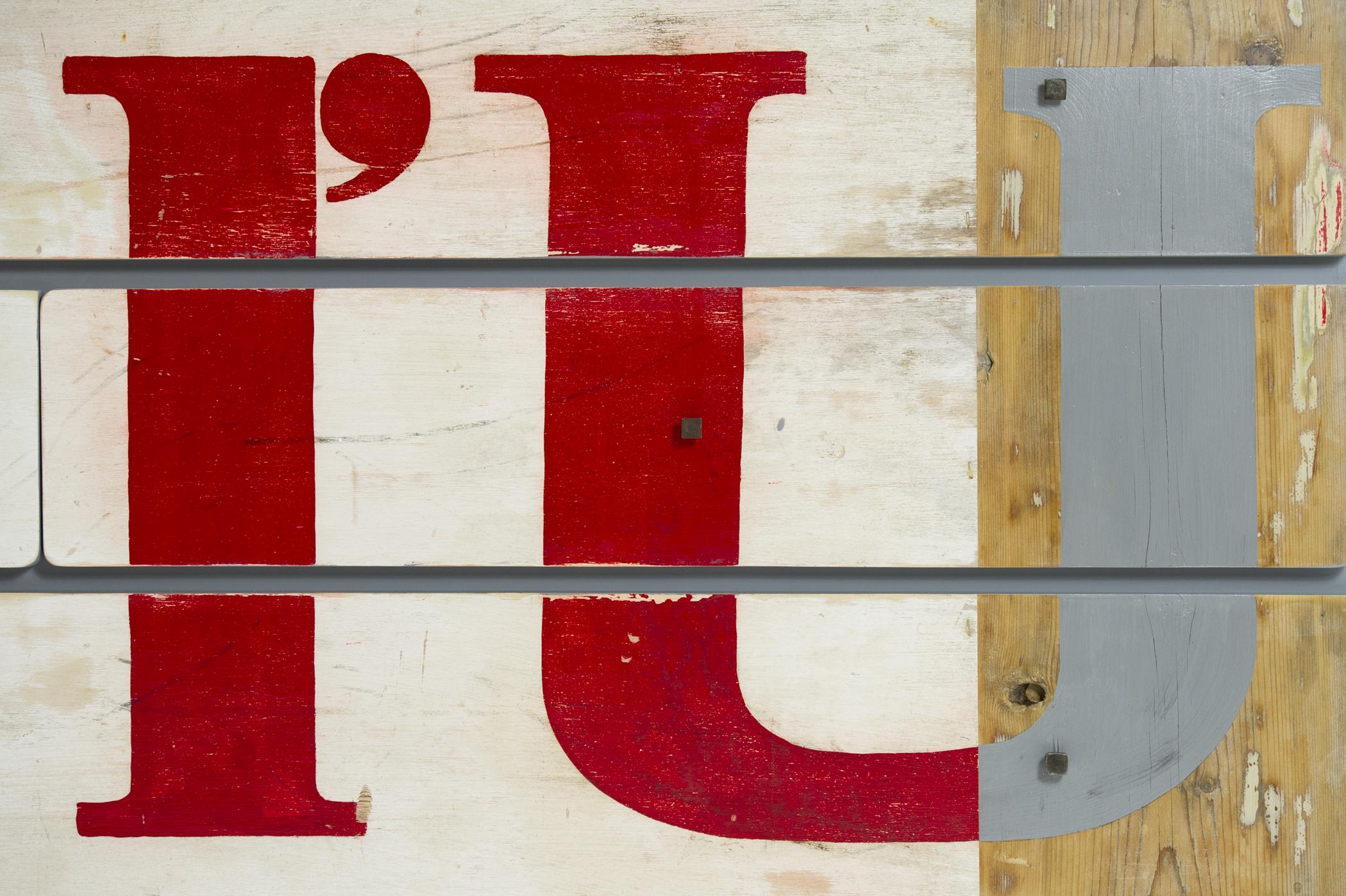 Cassettiera con tre cassetti dipinti a mano. Illustrazione fatta a pennello color rosso. Struttura cassettiera grigio