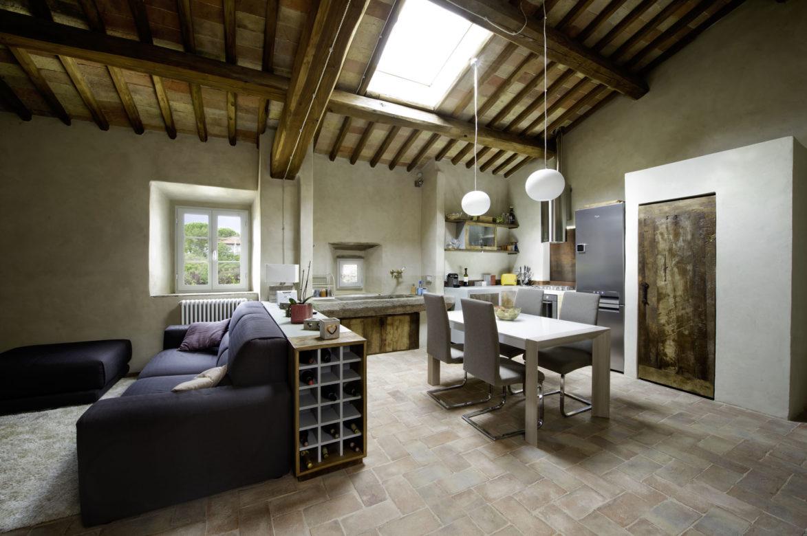 Cucina e soggiorno open space in legno di recupero