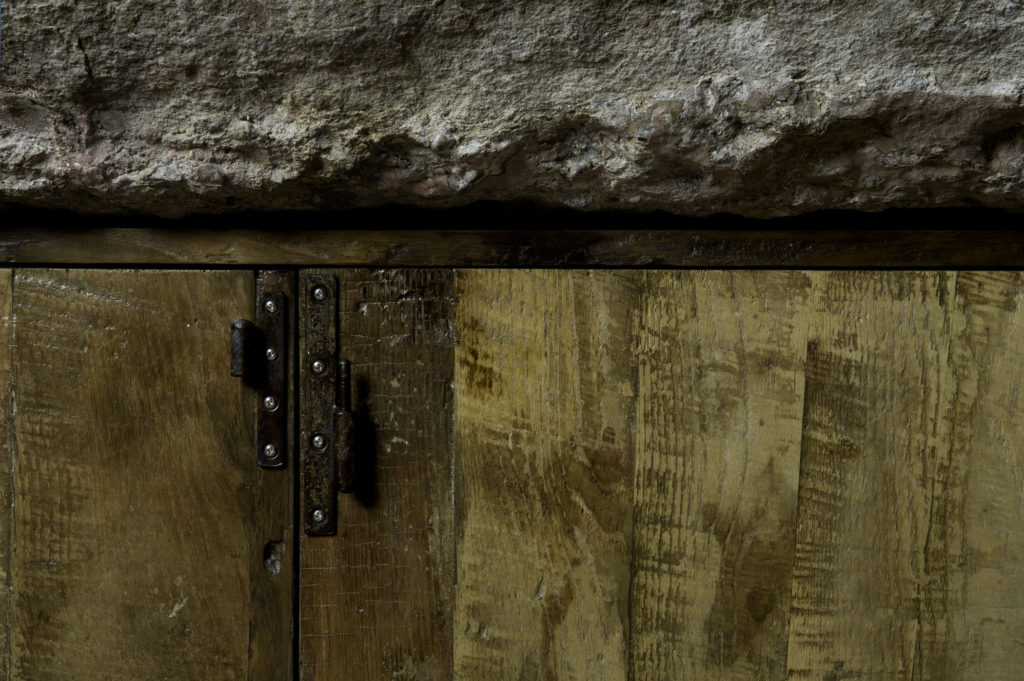 Cucina su misura con pietra ferro e legno antico rigenerato