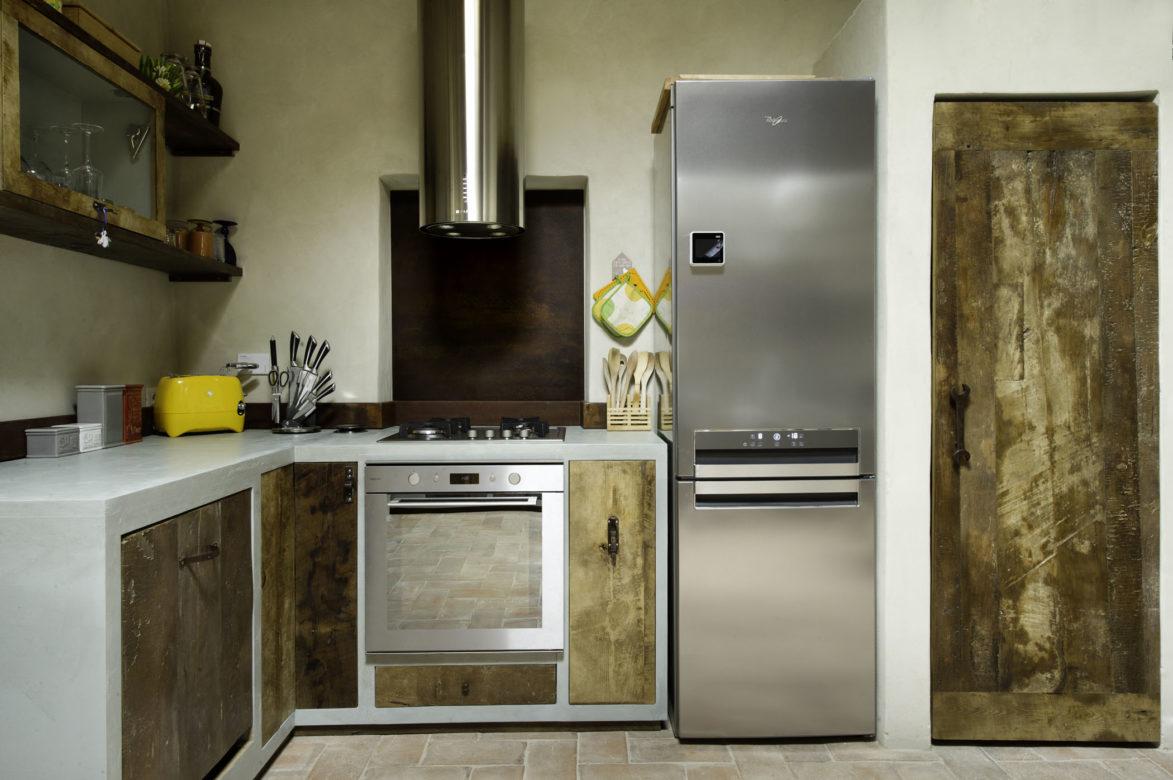 Nella cucina vintage si alternano legno di recupero, ferro ossidato ed oggetti antichi