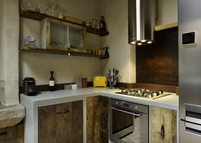 Cucina in muratura con ante artigianali in legno di recupero Made in Italy