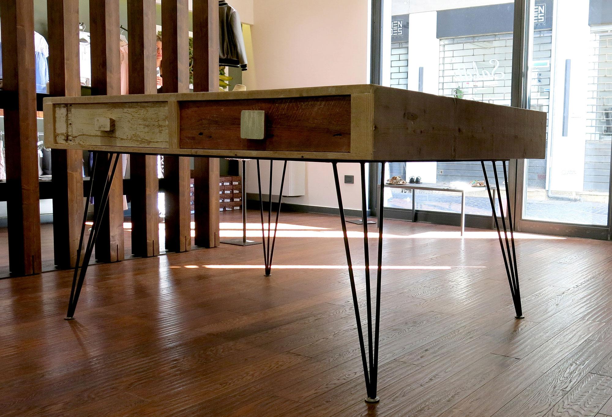 Tavolo con cassetti legno di recupero e zampe in ferro vintage