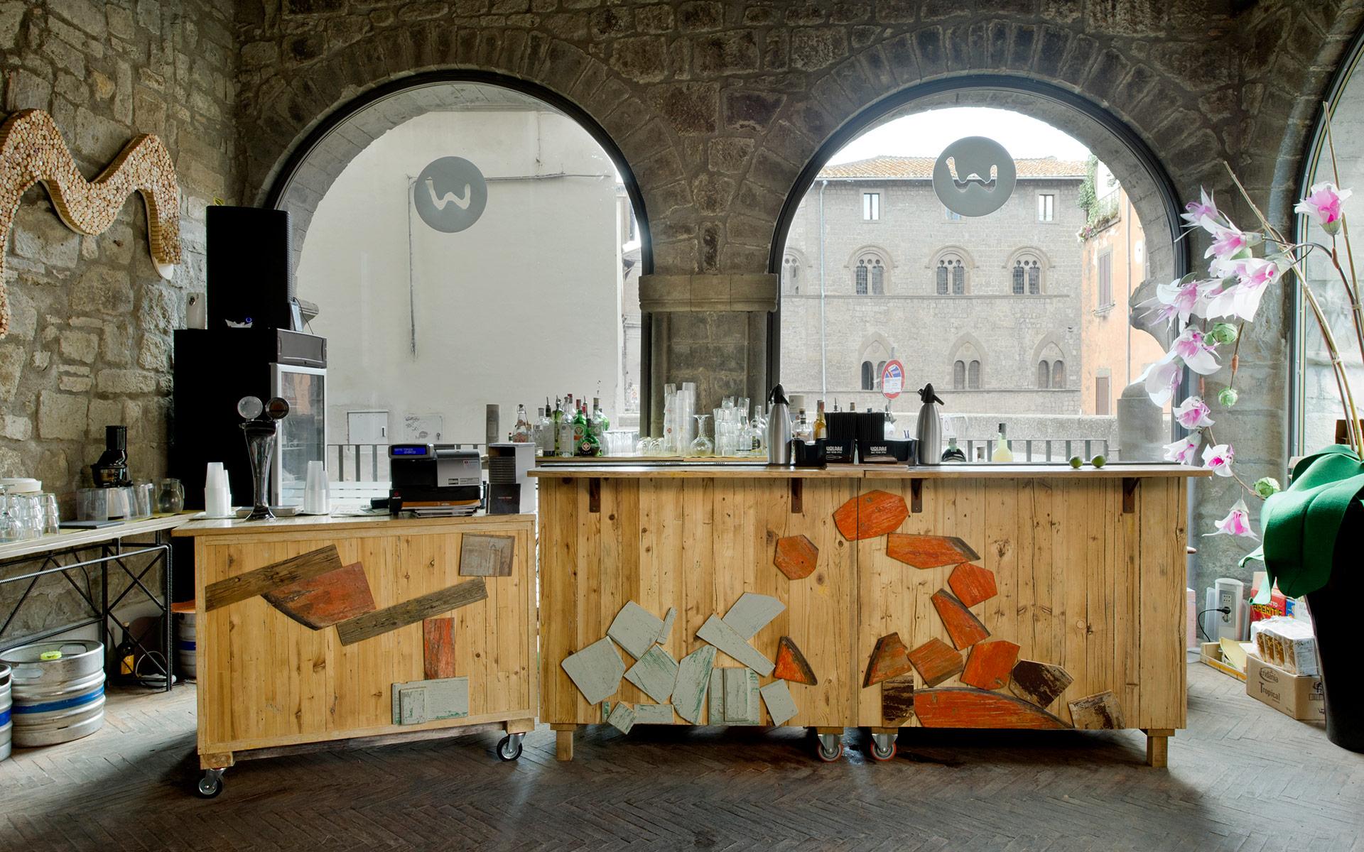 Bancone legno di recupero chiaro e inserti legno vintage arancio e grigio