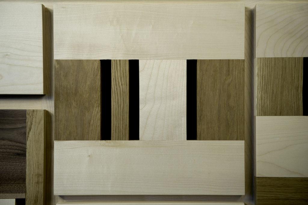 Credenza con tre essenze di legno, acero, rovere, wenge