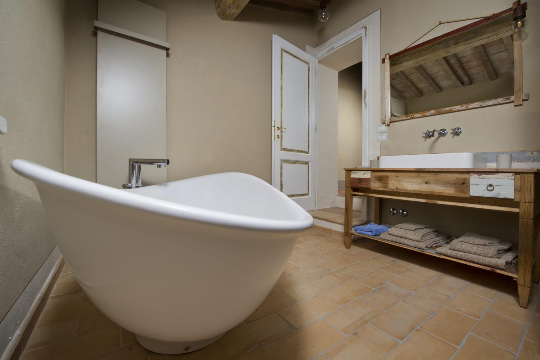 Arredamento per bagno vintage con vasca