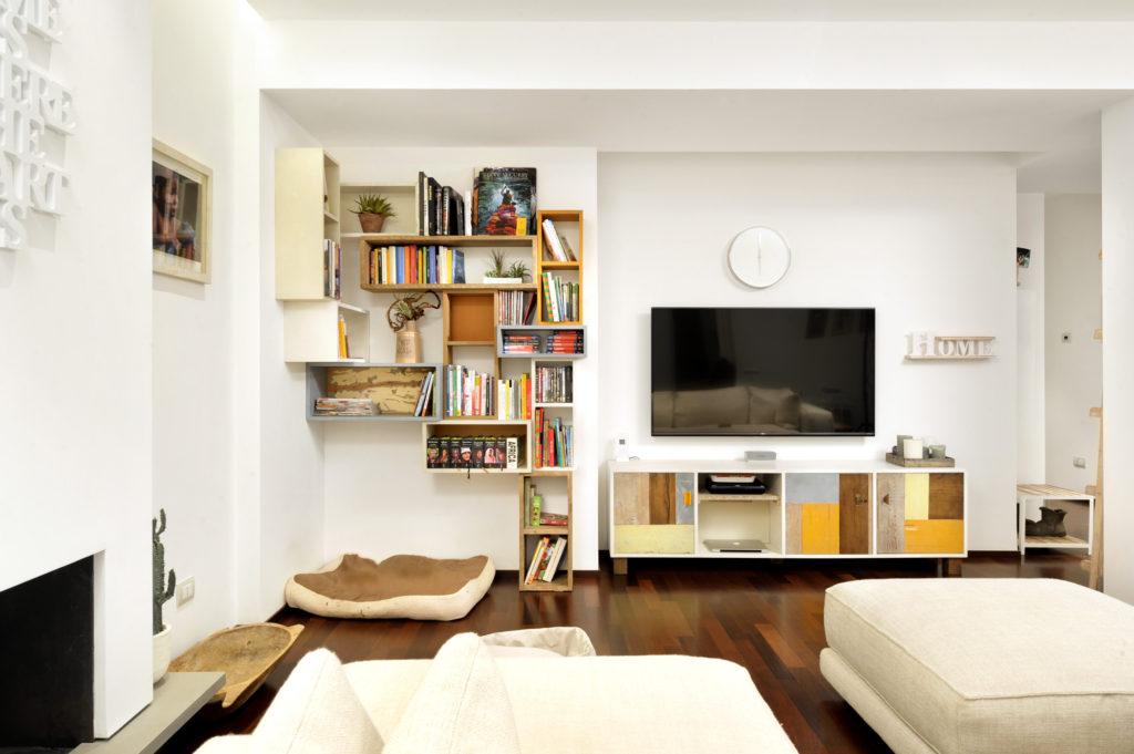 Credenza in legno di recupero e pàrete attrezzata ad angolo per soggiorno e sala da pranzo