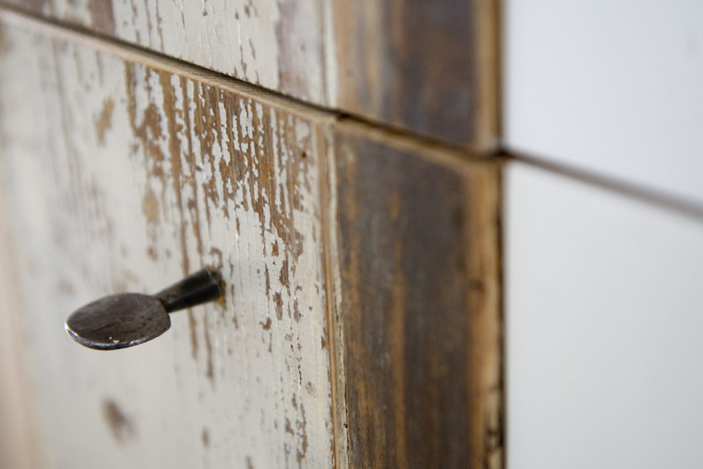 Anta per cucina in legno rigenerato ed oggetti vintage