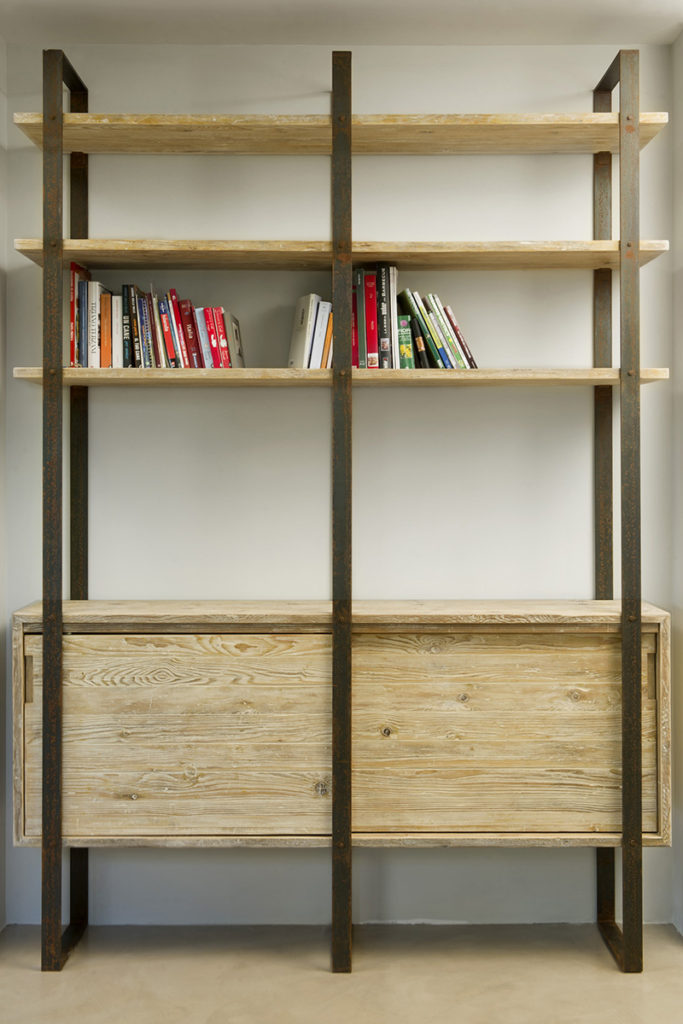 Libreria legno di recupero e ferro ossidato con sportelli scorrevoli su misura