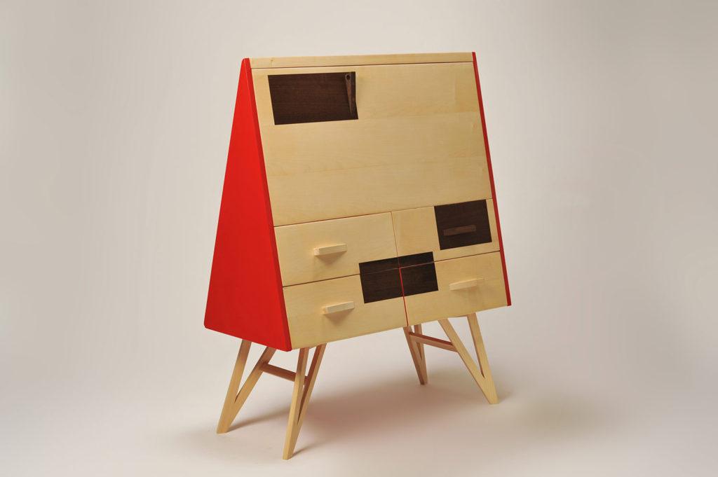 Scrivania desk classica ma con accenti contemporanei grazie alla laccatura rossa lucida