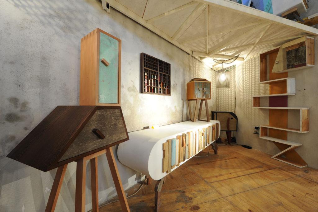 Libreria contemporanea in legno bonificato dal design unico, in ferro e legno