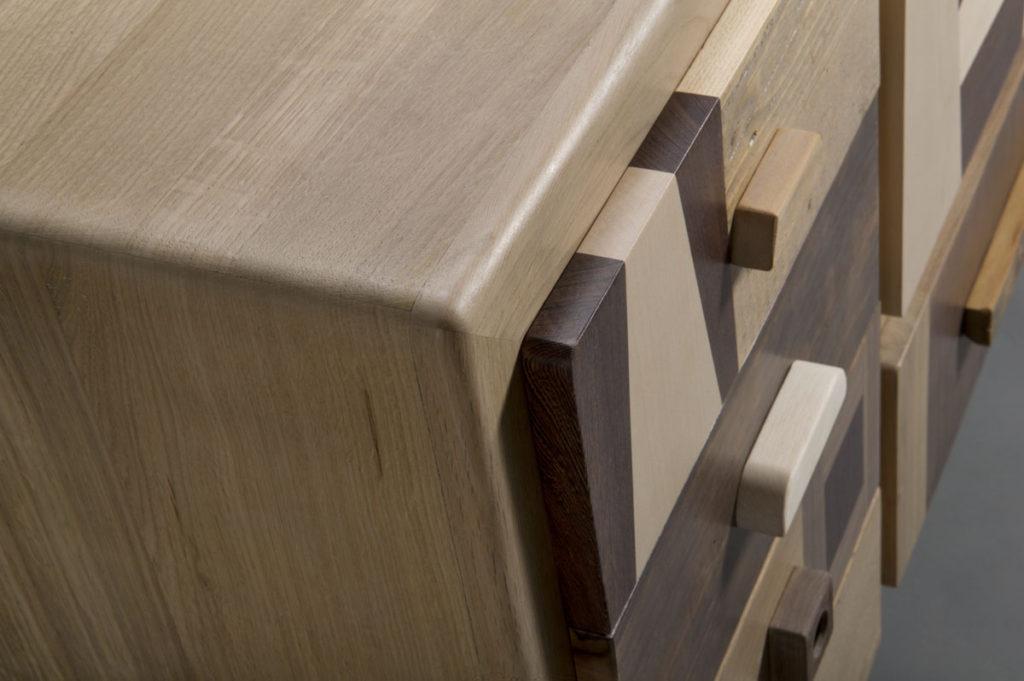 Cassettiera in legno, essenze lasciate al tono naturale. Effetto caldo del legno