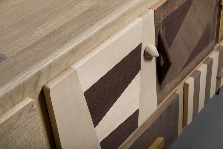 Patchwork di legni chiari e scuri per giochi geometrici nelle dispense e credenze per salotto