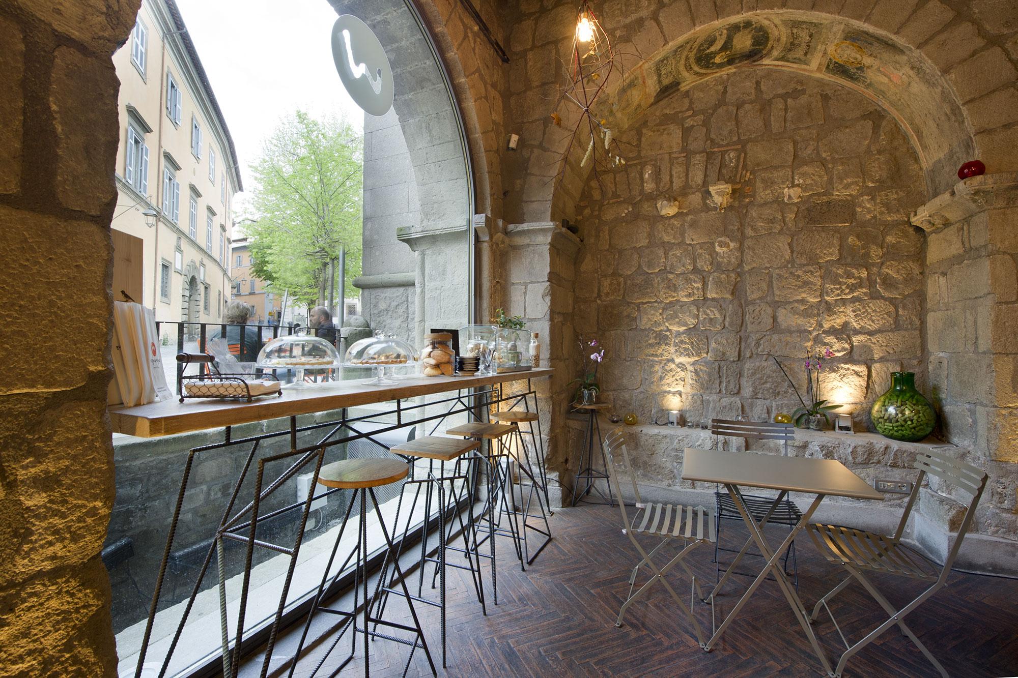 Sgabelli Per Locali : L arredamento per un bar in centro storico laquercia