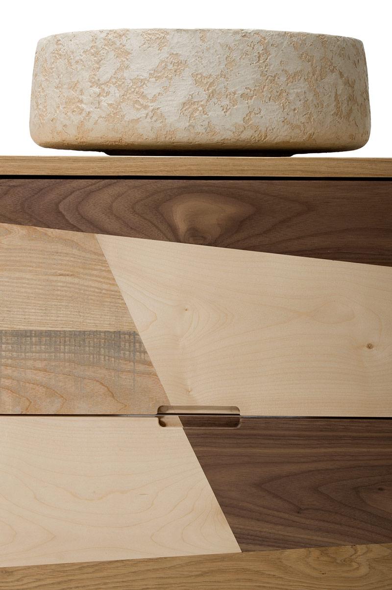 Un mobile bagno artigianale interamente fatto a mano: il legno massello si fa cornice e base per un un lavabo-ciotola prodotta artigianalmente da Maidea