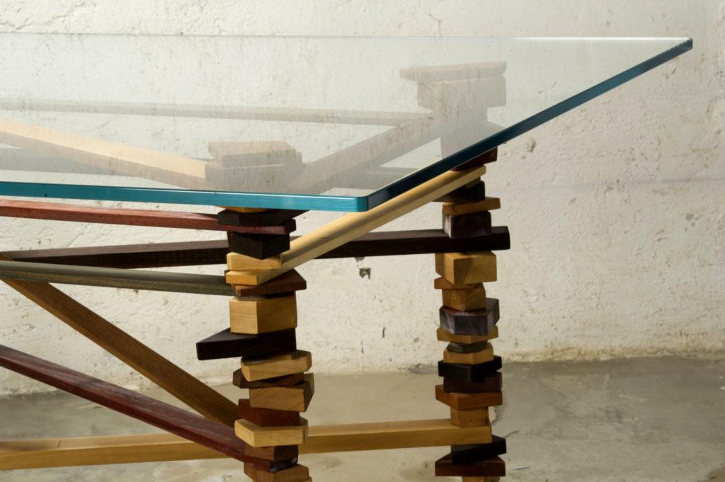 Tavolo artigianale su misura di design contemporaneo in legno massello e cristallo