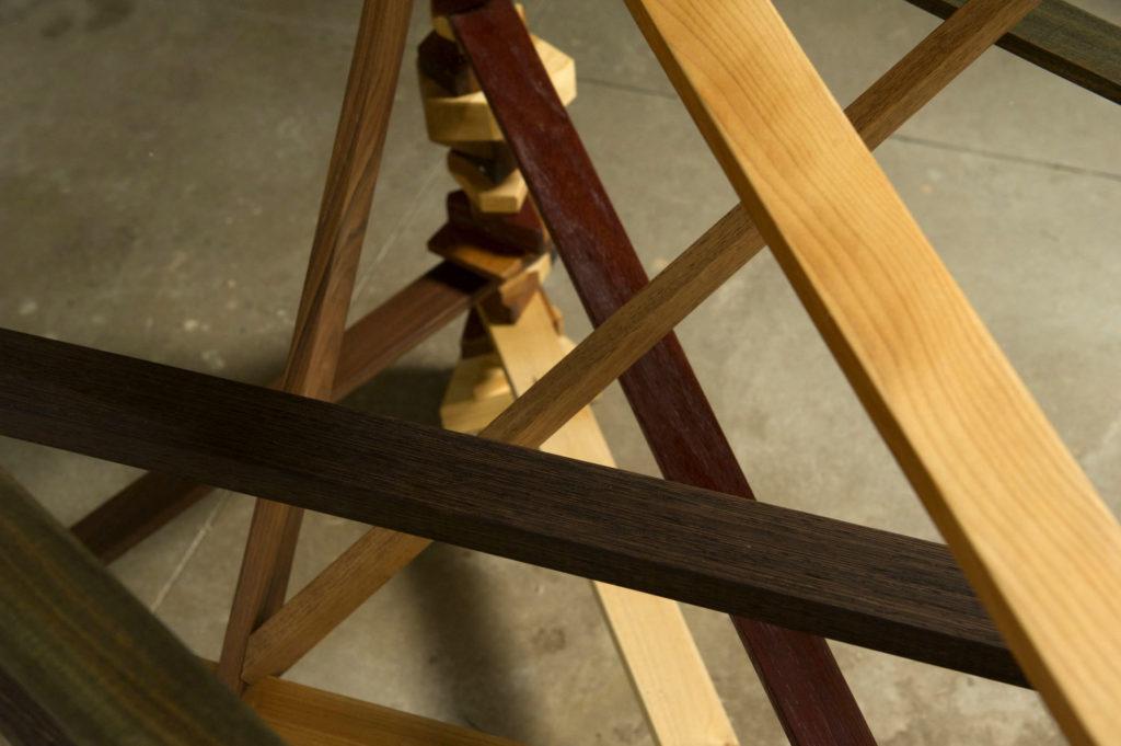 Tavolo realizzato in legno massello con piano in vetro su misura artigianale