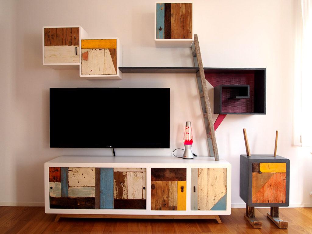 Mobile tv e parete soggiorno in legno riciclato vintage ristrutturato e mobile comodino artigianale Roma e Milano