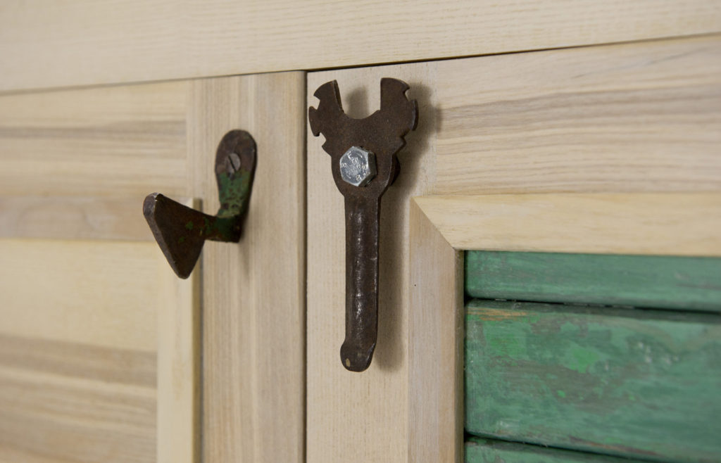 Costruire complementi di arredo con ferro vintage e legno massello. Credenza con persiana vintage