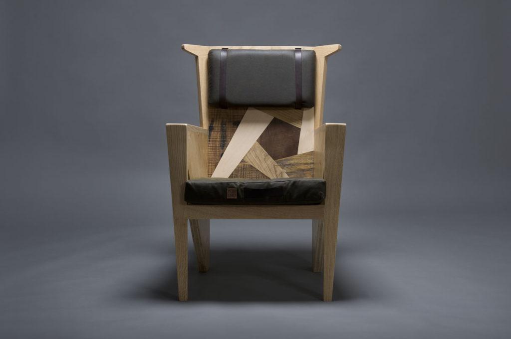 Seduta con fianchi in legno riciclato toni chiari e scuri che formano un motivo geometrico