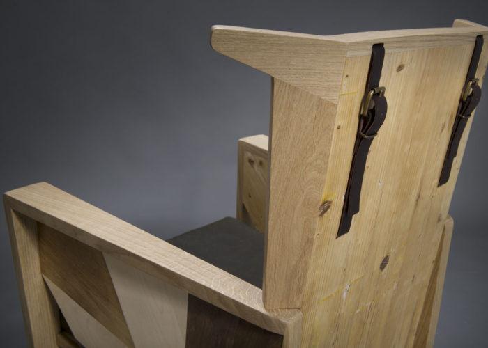 Poltrona contemporanea con schienale in legno da costruzione e cinghie in wax canvas Made in England