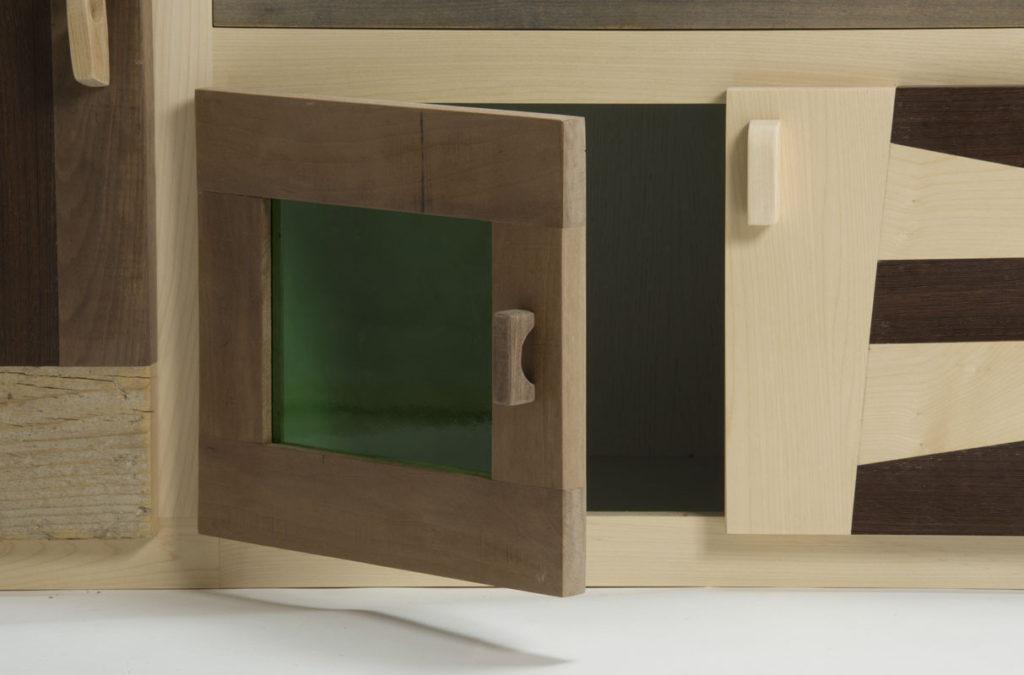 Mobile soggiorno con ante in vetro vintage e cassetti in legno massello diverse essenze