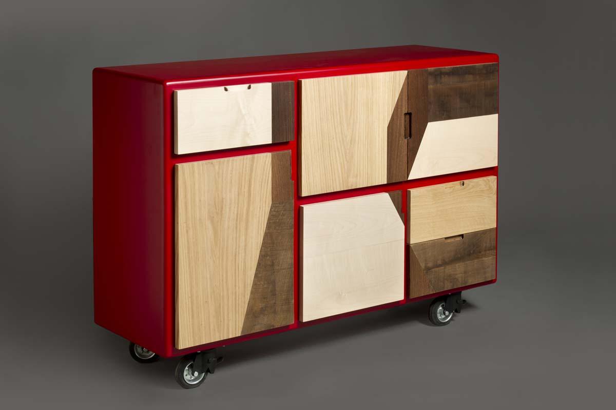 Madia con ruote per soggiorno moderno con laccatura rossa e sportelli massello