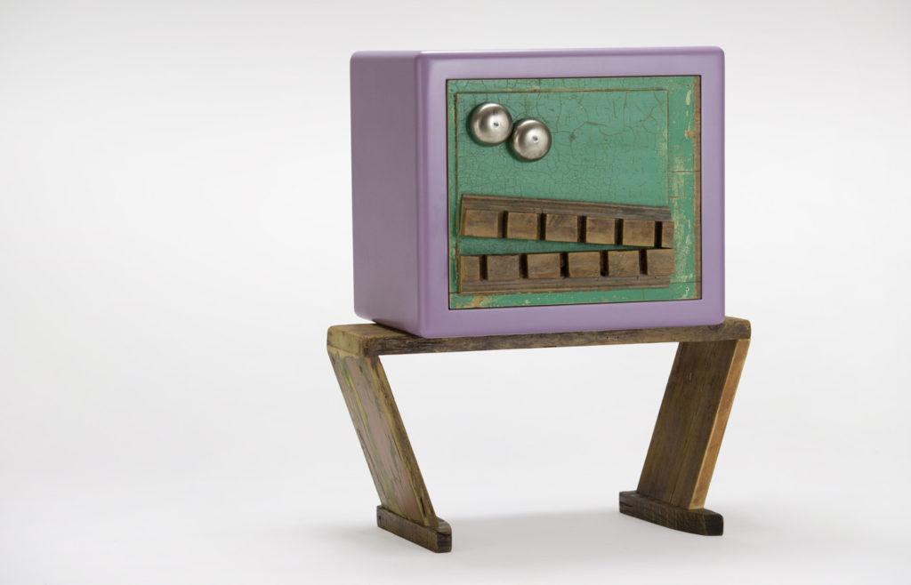 Pezzi di telefoni vintage, legno antico su comodino in legno contemporaneo