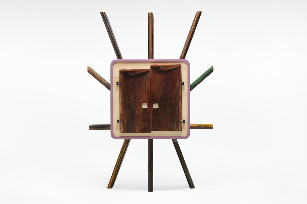 Comodino mobile su misura ante irregolari in legno e oggetti riciclati