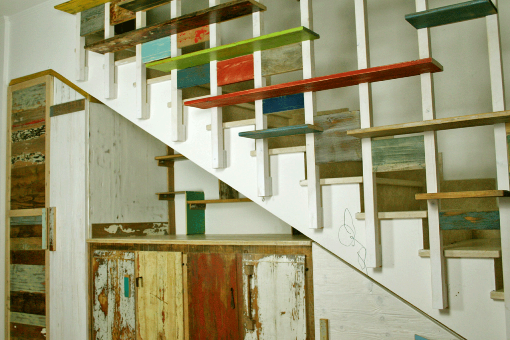 Sottoscala con madia moderna in legno di recupero colorato e balaustra su misura con scaffali e mensole