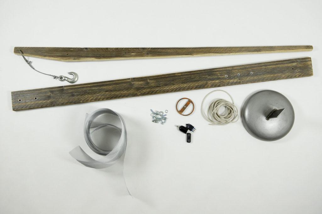 sottomisure di abete, cavo d'acciaio, rete di alluminio, ganci per paranchi, bulloni.