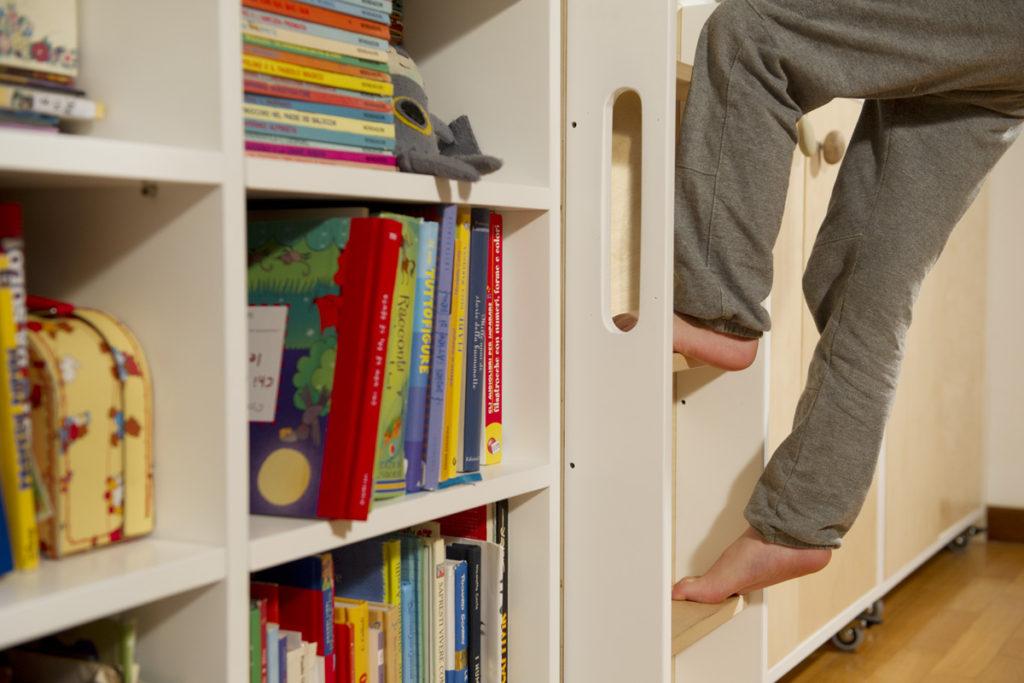 Cameretta in legno e laccatura su misura per bambini e bambine. Scaletta per salire sul letto
