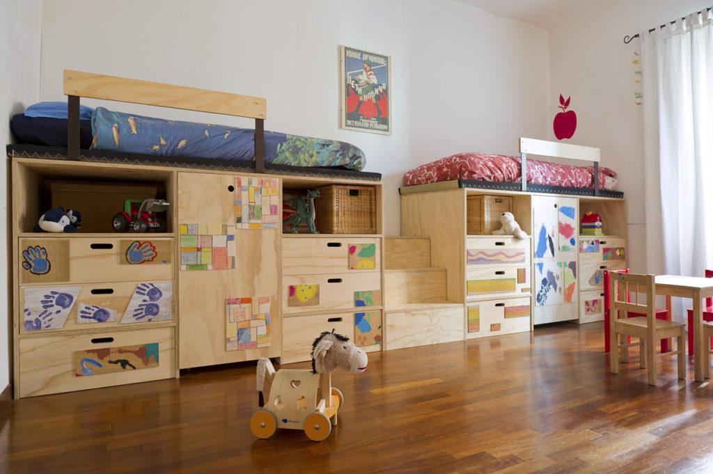 Struttura cameretta bimbi con armadio e letto su soppalco. Scaletta-contenitore in legno e colori