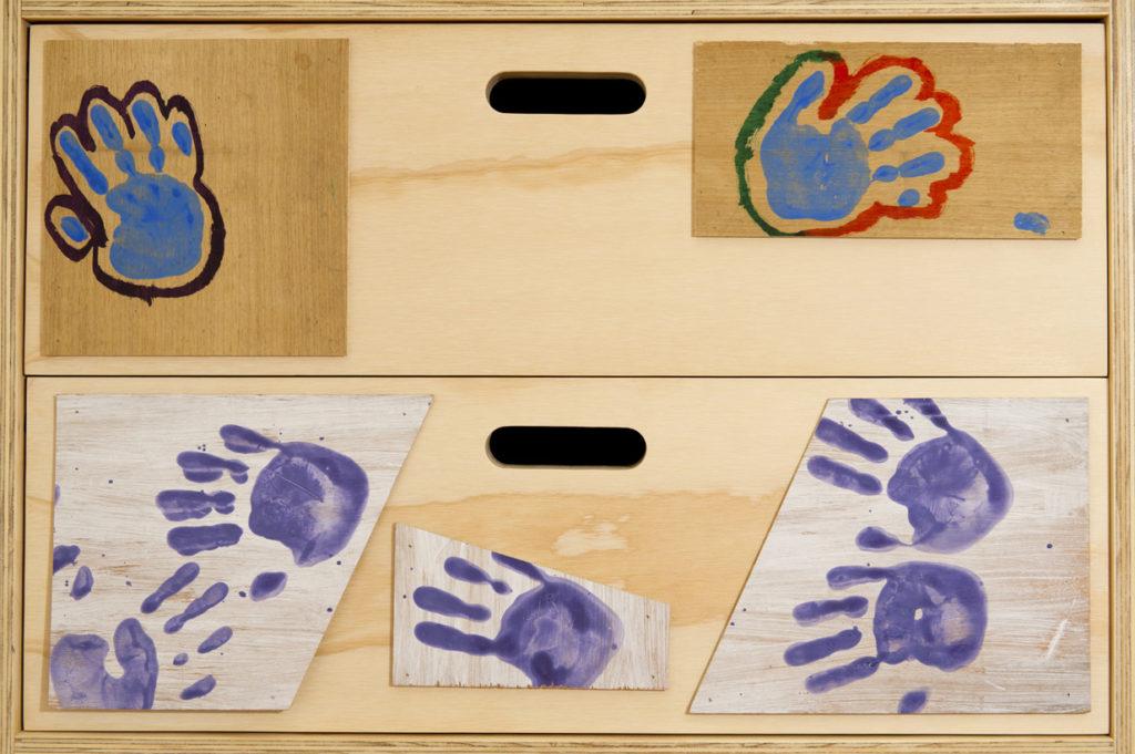 ^Personalizzazione armadi e camerette per i bimbi in legno di recupero. Le ante sono state disegnate dai bambini con le loro impronte